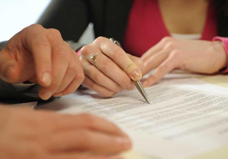 Регистрация изменений в ИП, проверка документа, ручка, руки