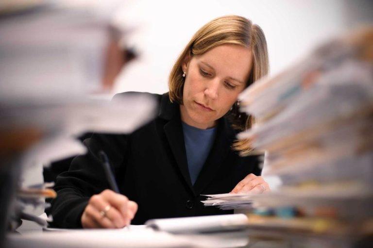 внесение изменений в учредительные документы некоммерческих организаций, женщина делает заметки